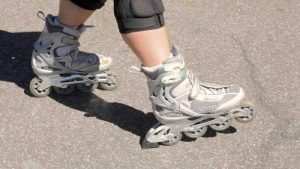 Inline skate stop with a break